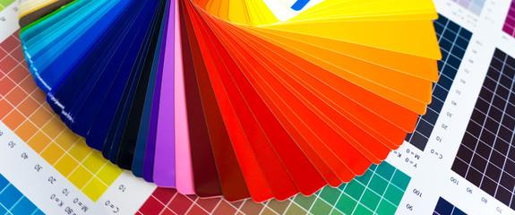 Werbetechnik / Bunter Farbfächer für Digitaldruck auf CMYK-Farbkarte