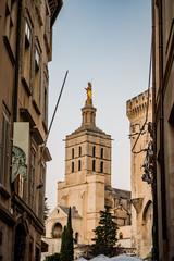 Notre-Dame -des-Doms vue des rues d'Avignon