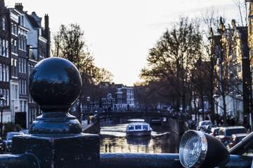 Tramonto ad Amsterdam con barca sullo sfondo