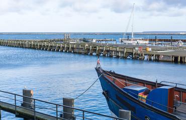 Fischkutter liegt im Hafen
