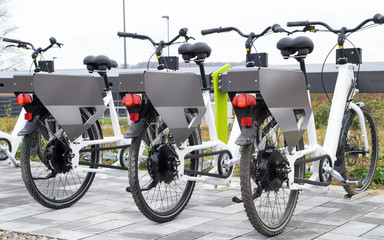 E-Bikes laden Akkus an Ladestation