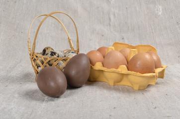 different-sized eggs (chokolate, chicken, quail)
