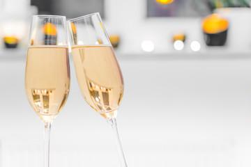 Nahaufnahme von zwei mit Champagner gefüllten Glässern