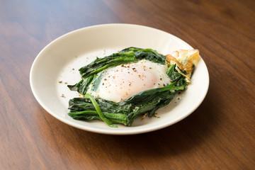 目玉焼きとほうれん草の朝食