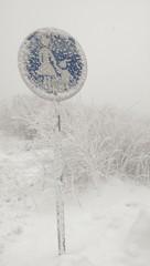 Verschneiten Schild im Winter