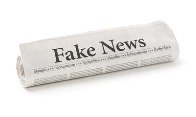Zeitungsrolle mit der Überschrift Fake News