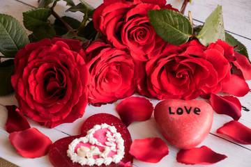 Rote Herzen, rote Rosen