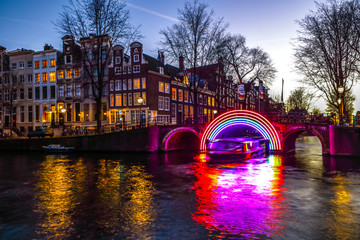 Autocollant pour porte Amsterdam AMSTERDAM, NETHERLANDS - JANUARY 10, 2017: Cruise boats rush in night canals. Light installations on night canals of Amsterdam within Light Festival. January 10, 2017 in Amsterdam - Netherland.