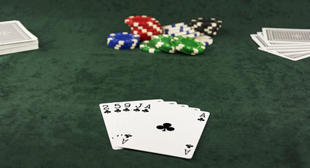 On the green cloth lying Center pot and poker hand of five cards