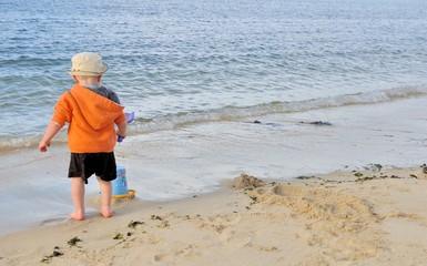Un petit garçon qui joue sur une plage de Bretagne