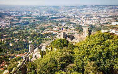 Vue d'une partie de la muraille du château des Maures, ville de Sintra, Région de Lisbonne, Portugal