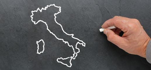 Carte de l'Italie à la craie sur ardoise