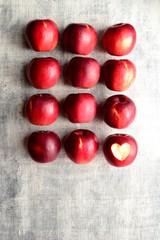 ハート型に皮を剥いた一個の林檎とたくさんの林檎