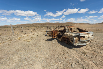 Automobile abbandonata nel deserto della Patagonia