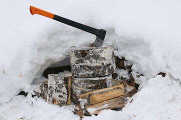 Топор для колки дров.