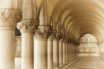 Fototapete - Classic column in Venice, Italy