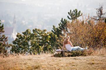 Auf der Bank sitzen und die Sonne genießen