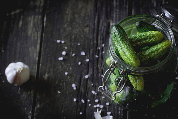 Preparation of low-salt pickled cucumbers