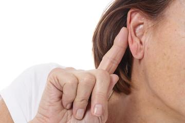 femme senior ayant des problèmes d'audition