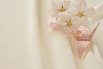 桜の花と折り鶴