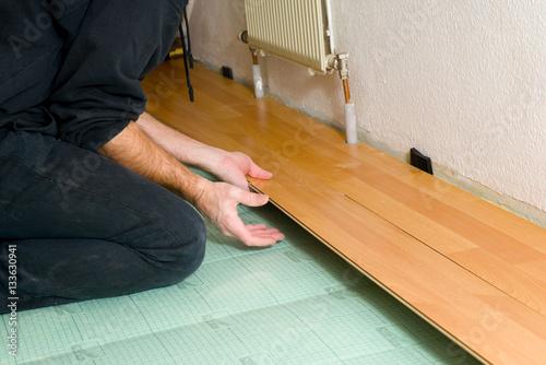 laminat verlegen stockfotos und lizenzfreie bilder auf bild 133630941. Black Bedroom Furniture Sets. Home Design Ideas