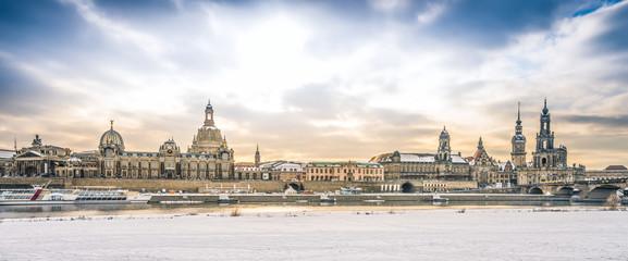 Panorama mit Frauenkirche in Dresden im Winter