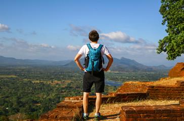 Ausblick von Sigiriya, junger Mann mit Rucksack, Rückansicht
