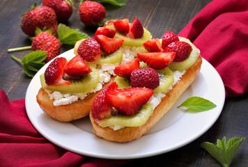 Bruschetta with strawberries and kiwi