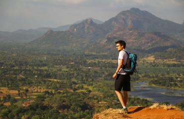 Ausblick von Sigiriya, junger Mann mit Rucksack, Seitenansicht