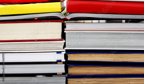 Bücher nebeneinander  Zwei Stapel Bücher Nebeneinander