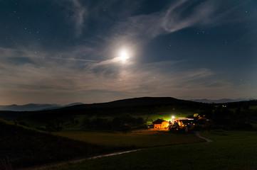 Moderner Bauernhof in der Nacht