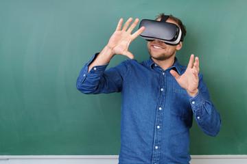 mann trägt virtual reality brille und streckt die arme nach vorne