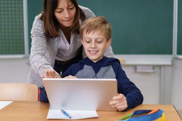 lehrerin arbeitet im unterricht mit einem tablet