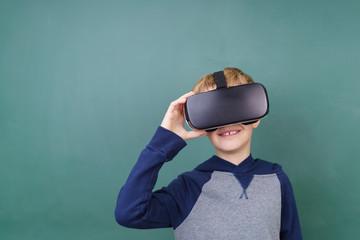 schüler steht vor der schultafel mit einer virtual reality brille
