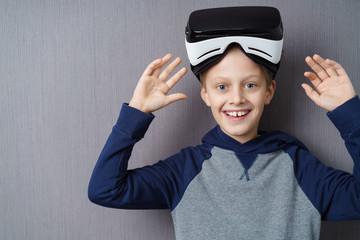 lachender junge mit einer virtual reality brille auf dem kopf