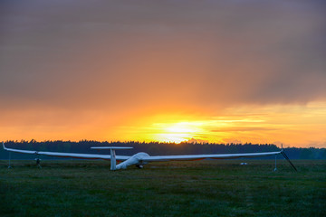 Segelflugzeug im Sonnenuntergang am Boden