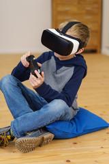kind spielt zuhause mit einer virtual reality brille und controller