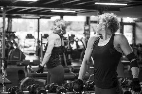 femme e regardant dans un miroir dans une salle de sport. Black Bedroom Furniture Sets. Home Design Ideas