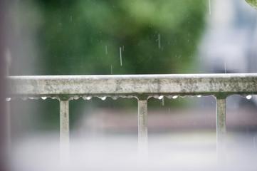 Rostfreier Zaun im Regen