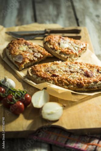 quot rustikales pizzabrot mit salami käse zwiebeln und