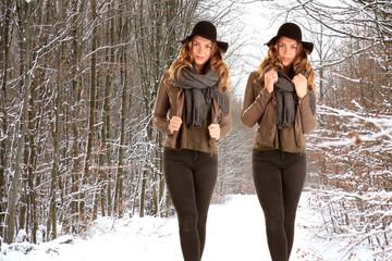 eineiiger Zwilling Frau im Winter im Wald
