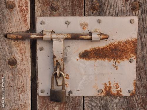Cerradura vieja y oxidada sobre una puerta vieja de for Puerta vieja madera