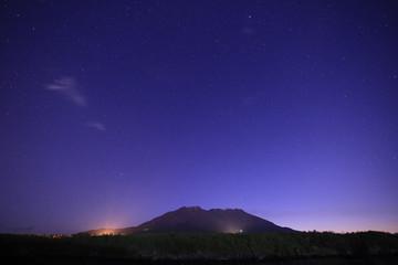 鹿児島県鹿児島市 溶岩なぎさ遊歩道から見た夜の桜島