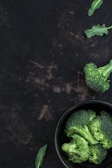 Frischer roher Brokkoli auf einem alten dunklen Metalluntergrund