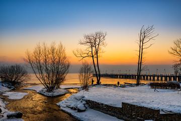 Obraz Zimowy wschód słońca przy ujściu rzeki - fototapety do salonu
