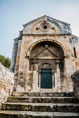 La chapelle Saint-Gabriel de Tarascon au milieu des oliviers