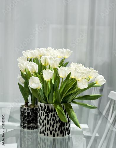 wei e tulpen stockfotos und lizenzfreie bilder auf bild 133825590. Black Bedroom Furniture Sets. Home Design Ideas
