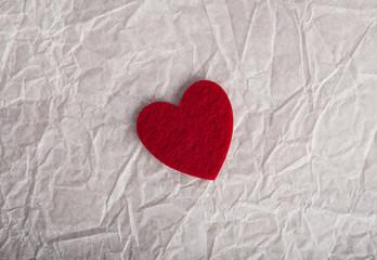 День Святого Валентина открытка. Признание в любви текстура. Красное сердце фетр на мятой упаковочной бумаге