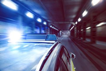 Polizeiauto in beleuchtetem Tunnel