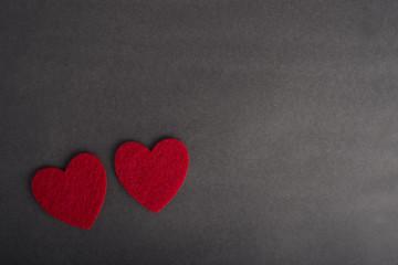День Святого Валентина открытка. Признание в любви текстура. Красное фетровое сердце чёрный фон